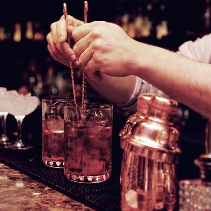 Moderni cocktailbaari Helsingin keskustassa